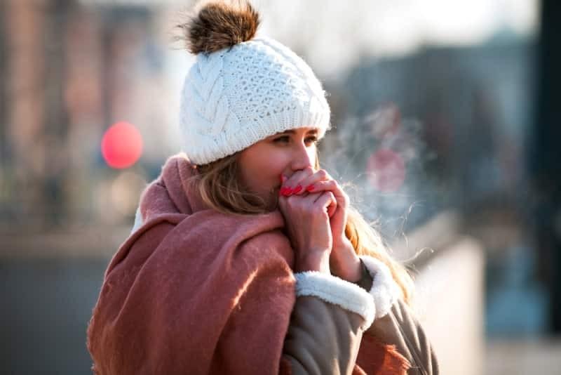 10 lý do khiến cơ thể bạn luôn cảm thấy lạnh đó là gì? Có nguy hiểm không?