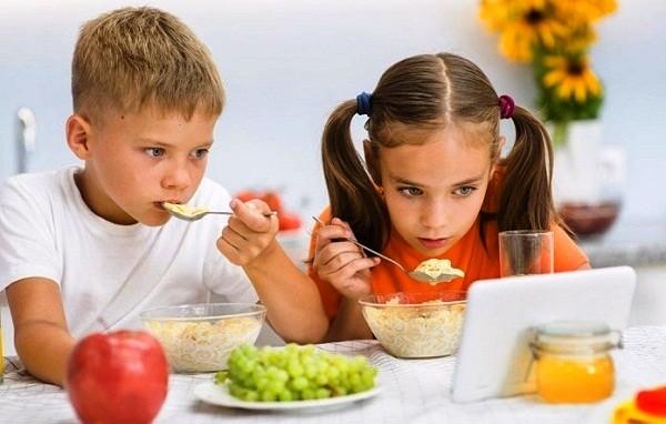 Vừa ăn vừa sử dụng laptop, điện thoại và những mối nguy hiểm khôn lường