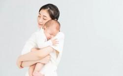 Những cách bế con gây nguy hiểm đến sức khỏe của trẻ