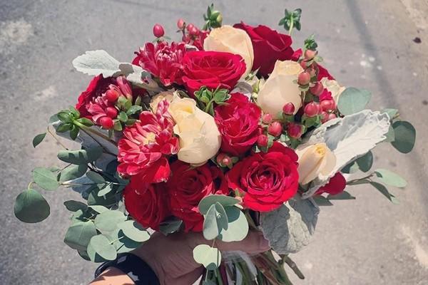 Vì sao cô dâu phải cầm hoa trong ngày cưới? Ý nghĩa hoa cưới là gì?