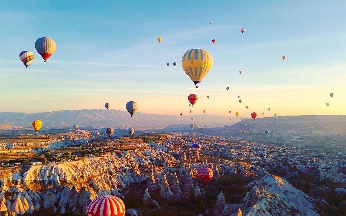 Ngắm hoàng hôn trên những chiếc khinh khí cầu. (Ảnh: aljazeera)