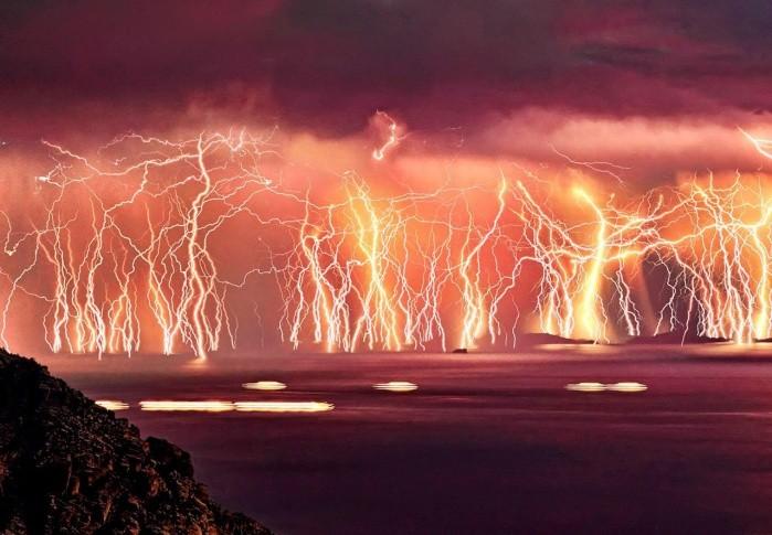 Những dãy sét dữ dội và liên tục làm rực đỏ cả bầu trời(Ảnh: Flickr)