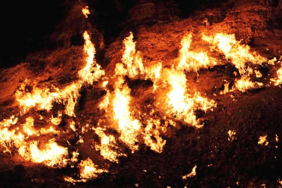 Ngọn lửa luôn cháy do sự rò rỉ của khối khí mê tan khổng lồ dưới lòng đất(Ảnh: Flickr)