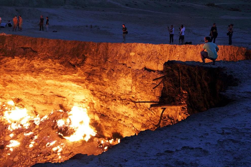 Nhiệt độ của hố sâu cao hơn 1.000 độ C khiến cho việc tiếp xúc gần hố gần như bất khả thi.(Ảnh: Flickr)