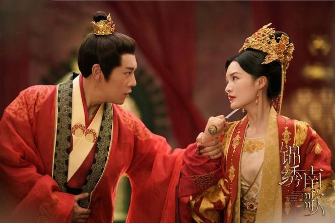 Lý Thấm đẹp không góc chết sánh vai cùng Tần Hạo trong