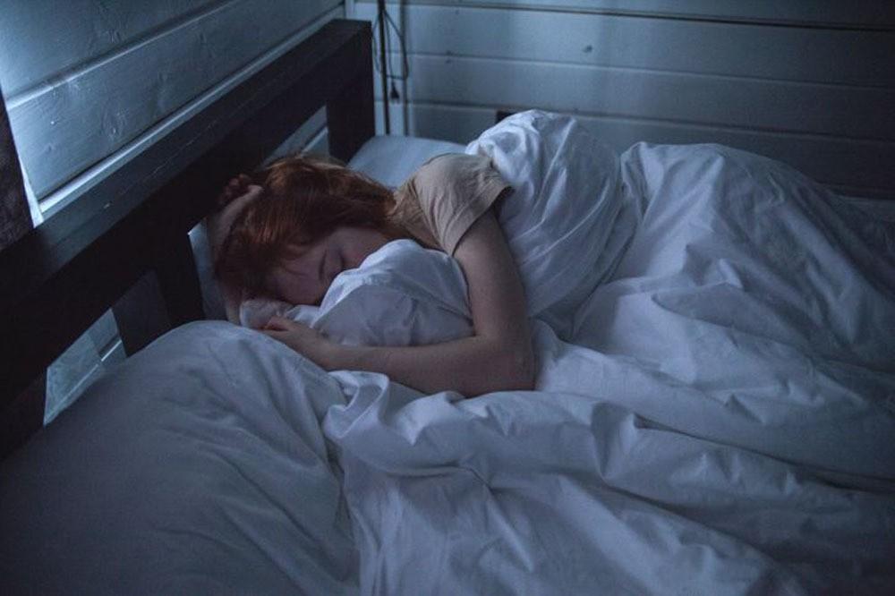 Ngủ nghiêng gây nhiều nếp nhăn trên mặt, cổ