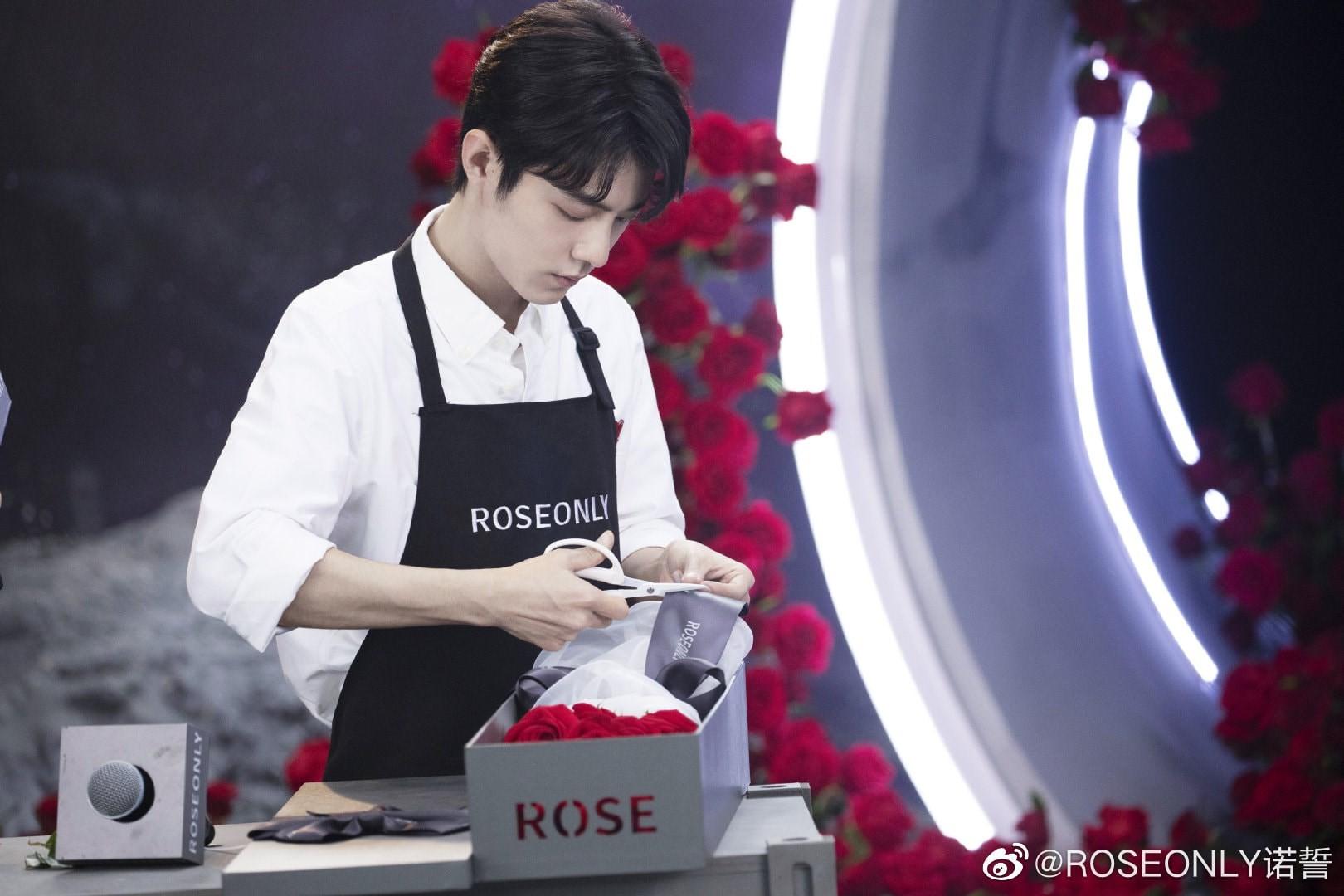 Tiêu Chiến thực hiện thử thách cắm hoa hồng Rose Only