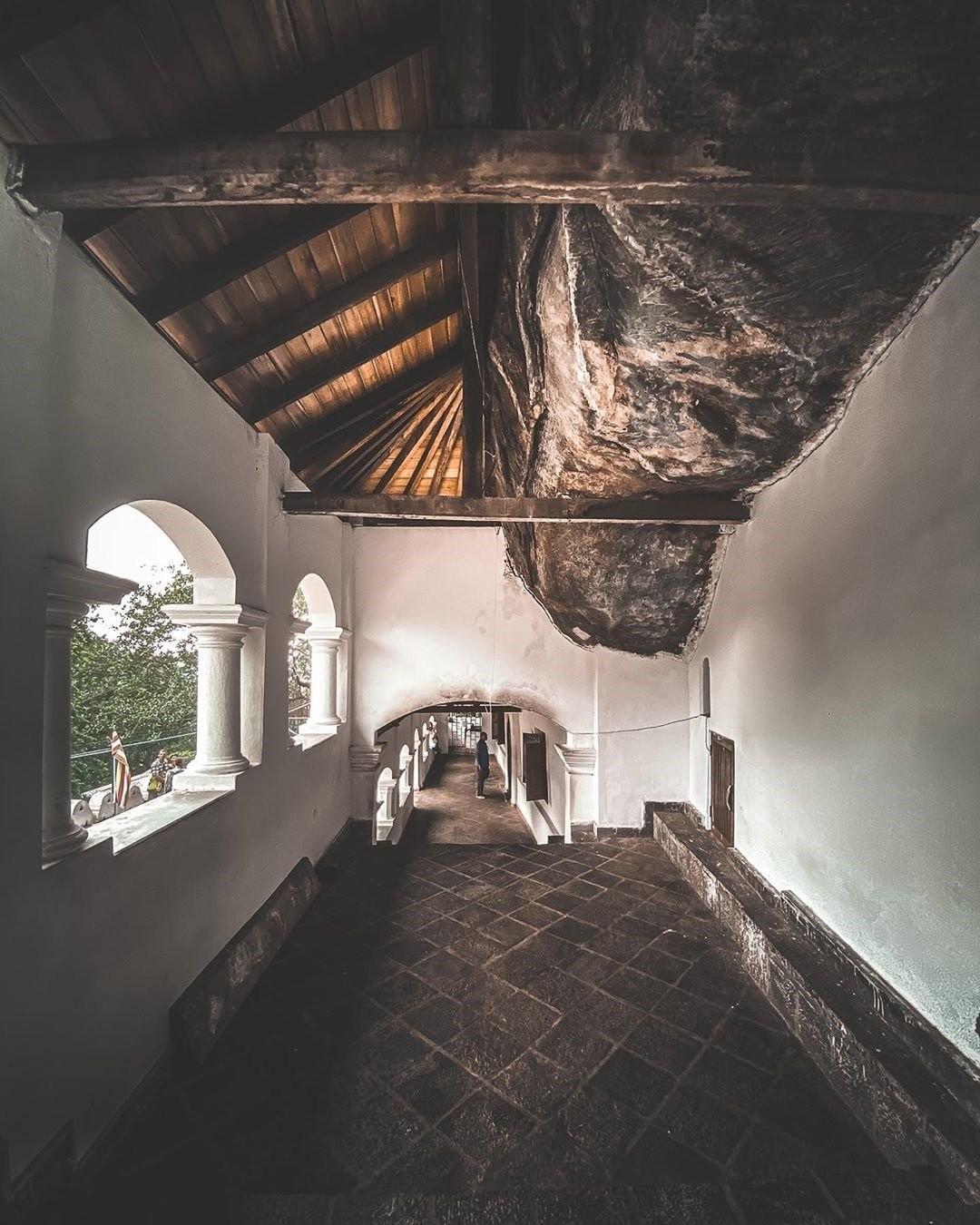 Kinh ngạc với khu đền Vàng dưới tảng đá khổng lồ ở Sri Lanka