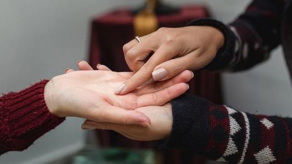 Xem bàn tay cô gái lấy chồng đại gia có gì đặc biệt