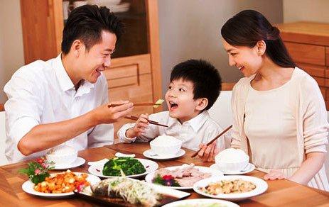 Trẻ có giáo dưỡng trên bàn ăn tương lai là người đàng hoàng, biết quan tâm đến người khác