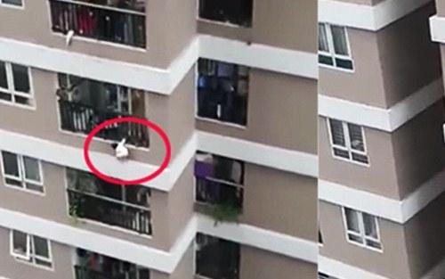 Vụ bé gái rơi từ tầng 12 chung cư - Loạt hot mom bức xúc vì phụ huynh không làm lưới chắn